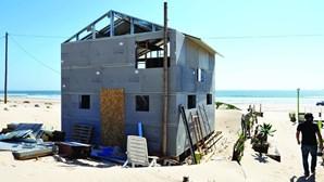 Casas embargadas nos Palheiros da Costa da Caparica
