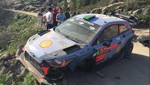 Piloto Hayden Paddon levado de helicóptero após acidente no Rali de Portugal