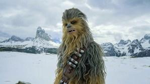 Calou-se a voz de Chewbacca. Peter Mayhew morreu aos 74 anos