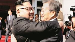 Líderes das Coreias em encontro surpresa