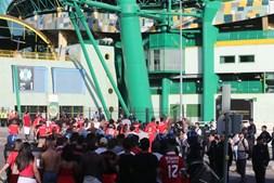 Adeptos do Benfica à chegada a Alvalade