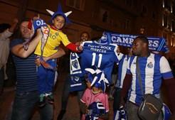 Em Lisboa, a festa fez-se junto à casa do FC Porto na capital, na av da República