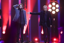 Salvador Sobral canta 'Amar Pelos Dois' ao lado de Caetano Veloso