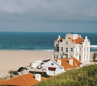 Um palacete que data do início do século XX está agora transformado numa luxuosa e moderna moradia. É uma atração nesta zona de praia