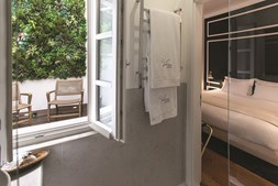 Um dos quartos dão acesso a um pequeno jardim de inverno no interior. Ao todo são sete, dois dos quais suite