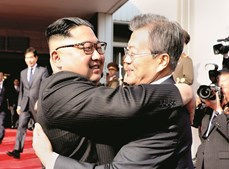 Kim Jong-un e Moon Jae-in reuniram-se no lado norte-coreano da fronteira e saudaram-se efusivamente