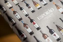Livro evoca os rótulos de vinho do Esporão desenhados por artistas portugueses