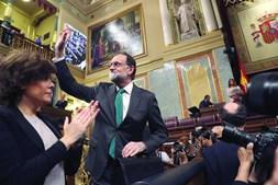 Rajoy recebeu o aplauso da bancada do PP na sessão de debate da moção de censura que hoje deverá derrubá-lo
