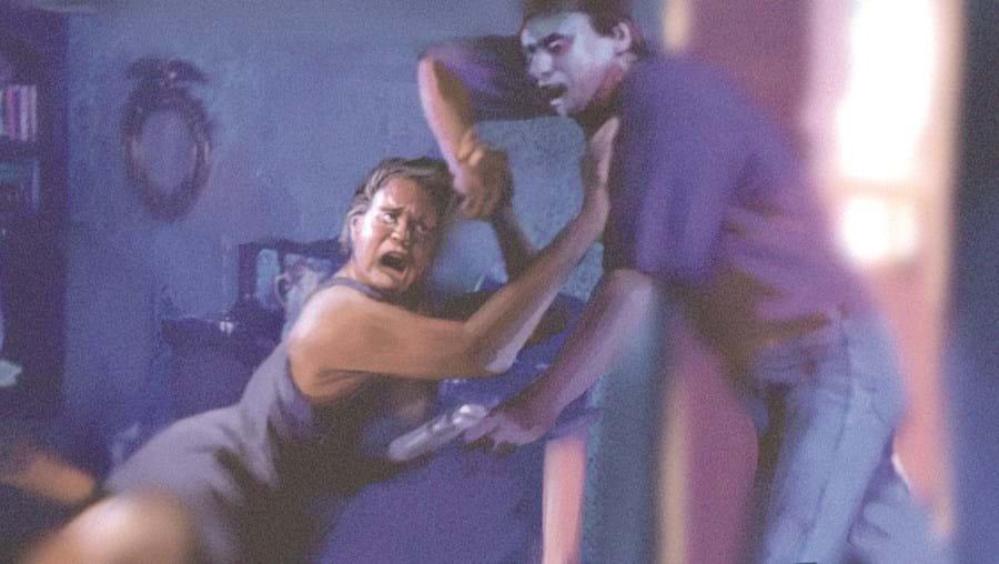 Mulher ameaçada pelo marido com arma