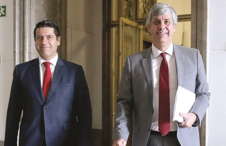 O ministro Mário Centeno (à dir.) e o secretário de Estado Mourinho Félix