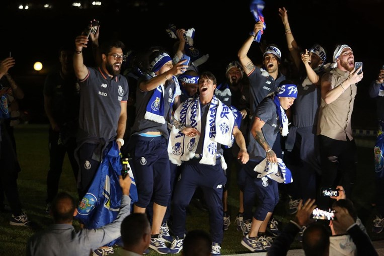 Jogadores do FC Porto fazem a festa com adeptos em Espinho
