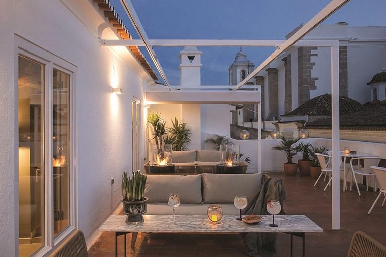 O terraço tem uma vista privilegiada para parte do centro histórico da cidade de Évora