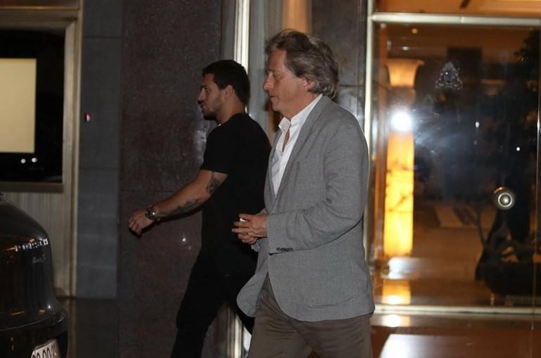 Jesus à porta do hotel Ritz, onde esteve reunido com o advogado