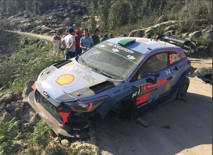 Carro de Hayden Paddon ficou neste estado após acidente no Rali de Portugal