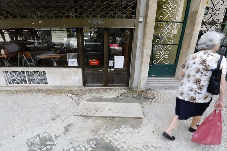 Moradores da rua da Penha de França tentam junto da câmara que a rutura seja resolvida