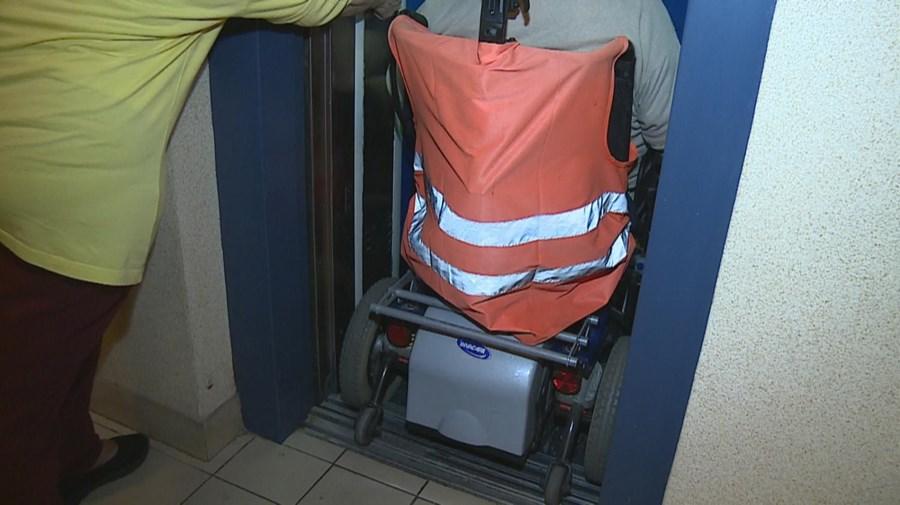 Único elevador em funcionamento no prédio não tem espaço para servir moradores com cadeiras de rodas elétricas