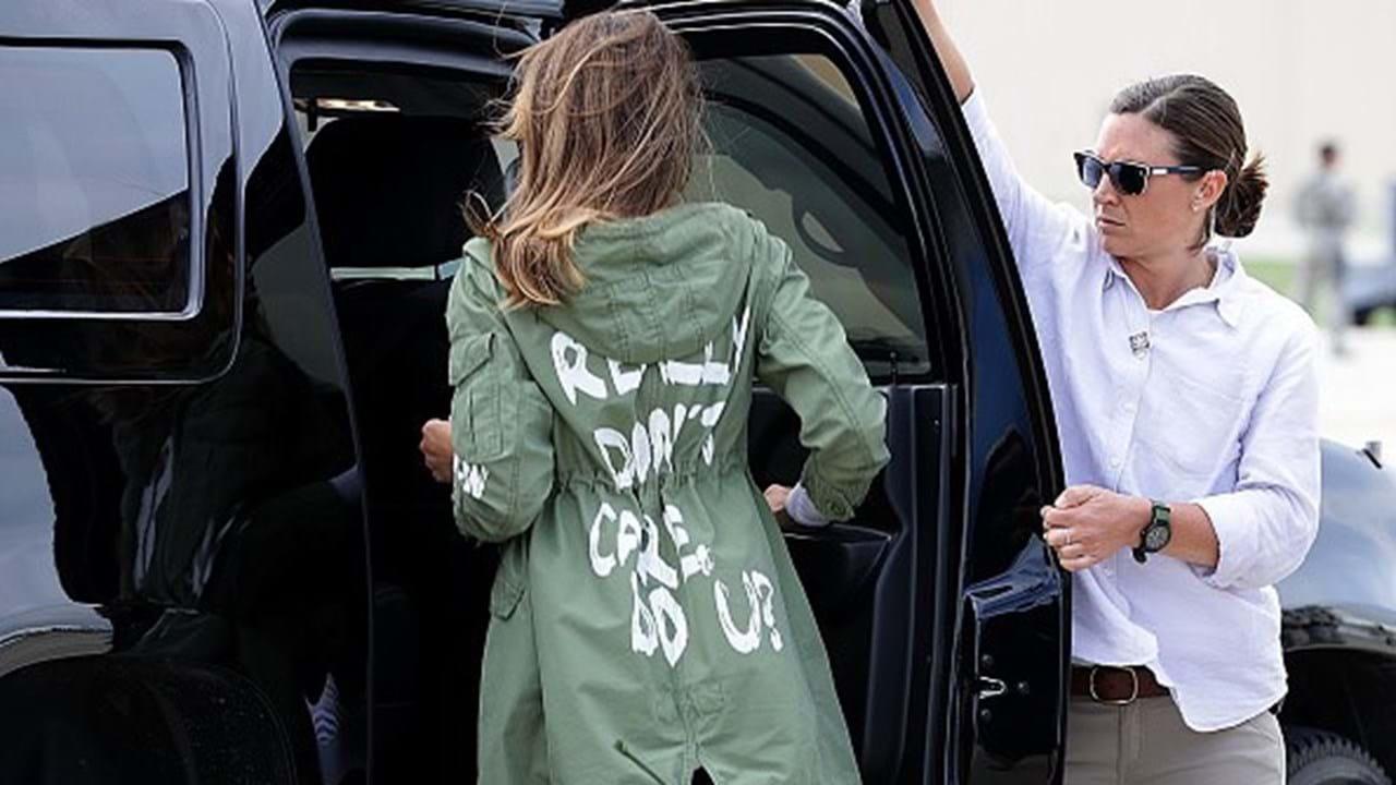 Casaco de Melania Trump causa polémica em todo o mundo