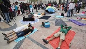"""Mais de 100 pessoas fazem """"praia"""" em Setúbal contra o programa """"Arrábida sem carros"""""""