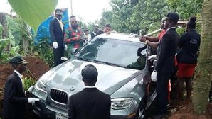 Homem enterra carro de luxo com o pai no interior
