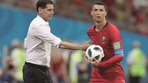 Ronaldo leva bola autografada para o museu