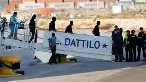 Início do desembarque de migrantes do primeiro navio da frota 'Aquarius'