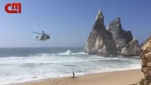 Vídeo mostra resgate de mulher que caiu em falésia em praia de Sintra