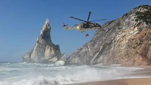 Mulher resgatada de helicóptero após queda em falésia de Sintra