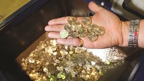 Pai despeja 88 mil moedas de pensão alimentar no jardim da ex