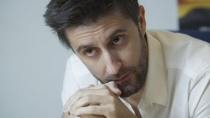 Daniel Oliveira chora morte de pilar da família