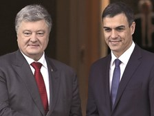 Pedro Sánchez (à direita) recebeu o PR ucraniano Petro Poroshenko no seu  primeiro ato oficial desde que tomou posse como primeiro-ministro, no sábado