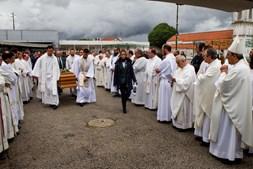 Emoção e dor no adeus ao padre Marco
