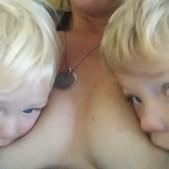 Mãe dá de mamar a filho de sete anos e é acusada de abuso infantil
