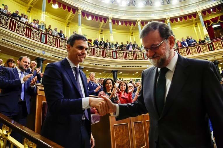 Mariano Rajoy cumprimenta Pedro Sánchez após ser derrotado na moção de censura