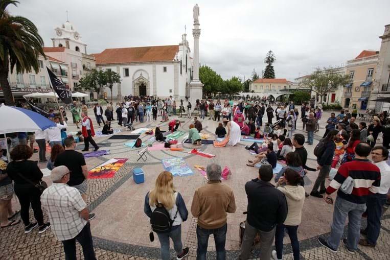 Mais de 100 pessoas fazem 'praia' em Setúbal contra o programa 'Arrábida sem carros'