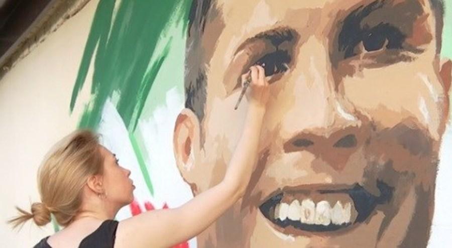 A artista russa Yulia Antipova quis homenagear Cristiano Ronaldo numa parede de Saransk