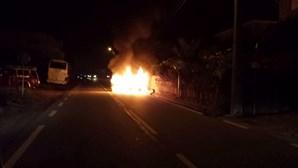 Carro arde após despiste seguido de colisão em Marco de Canaveses