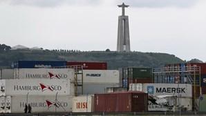 Três migrantes clandestinos encontrados a bordo de cargueiro no porto de Lisboa. Viajavam na porta do navio