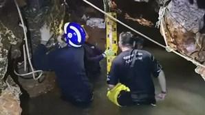 """Jovens resgatados da gruta na Tailândia perderam peso mas """"estão bem de saúde"""""""