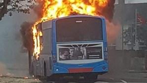 Grupo armado incendeia autocarro na Irlanda do Norte