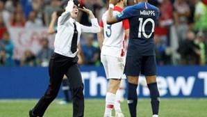 Pussy Riot invadem a final do Mundial