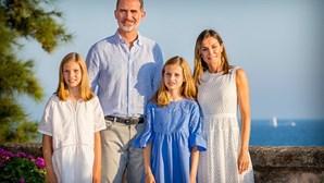 Família real espanhola faz sessão fotográfica durante férias de verão