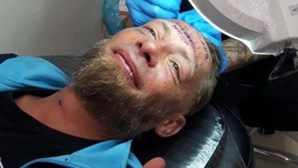 Britânicos geram polémica ao oferecerem dinheiro a um mendigo para tatuar a testa