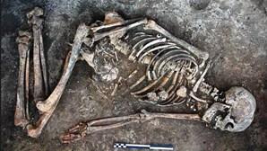 Mulher enterrada há 4000 anos encontrada com ossada decorada