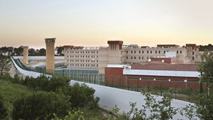 Recluso ataca guarda prisional e enfermeira com água a ferver
