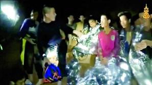 Crianças estão retidas em gruta na Tailândia