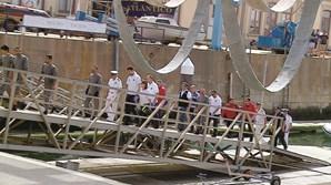 Sobreviventes à chegada ao Porto de Leixões, com socorristas