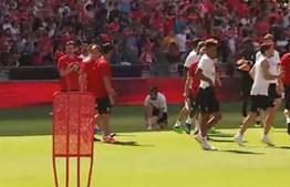 Adeptos eufóricos no treino aberto do Benfica na Luz
