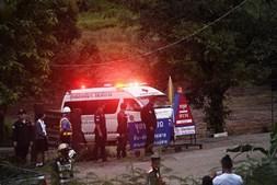 Ambulância para o resgate das crianças presas na gruta