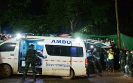As equipas de resgate durante as operações de retirada das crianças