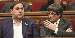 Carles Puigdemont (à direita) e Oriol Junqueras não vão poder ocupar os seus lugares no Parlamento Autonómico da Catalunha nem delegar o seu voto